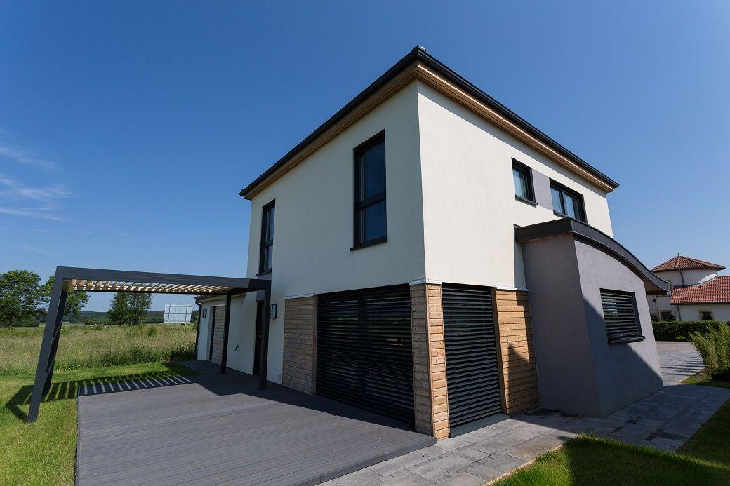 Terrasse et pergola maison moderne en forme de cube avec for Crepi maison moderne
