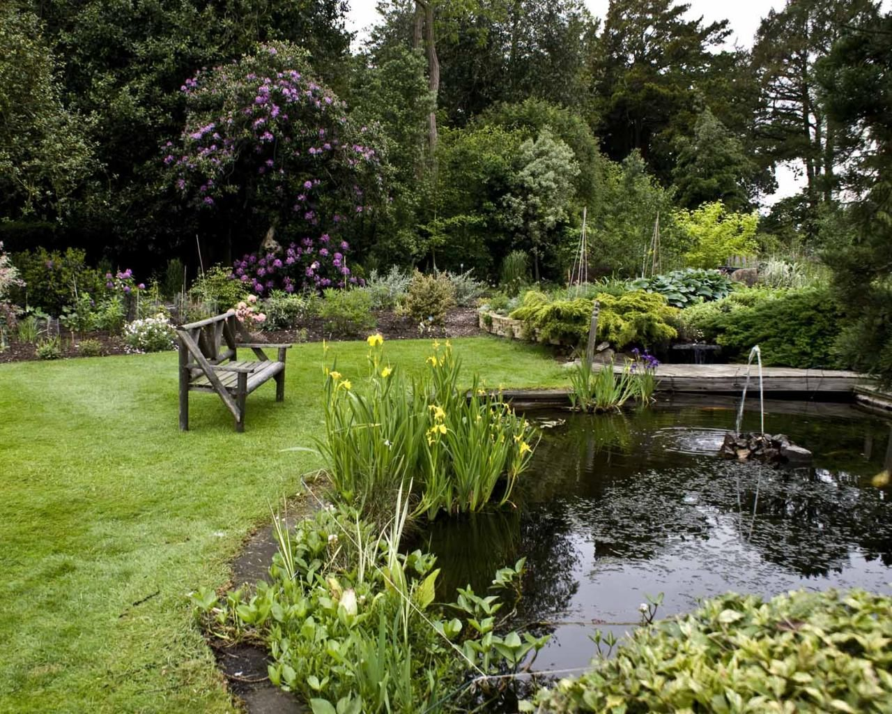Love the sound of water in a garden! http://thewayofbeauty.org/files/2010/05/english_garden_skellingthorpe-3113806_large.jpg