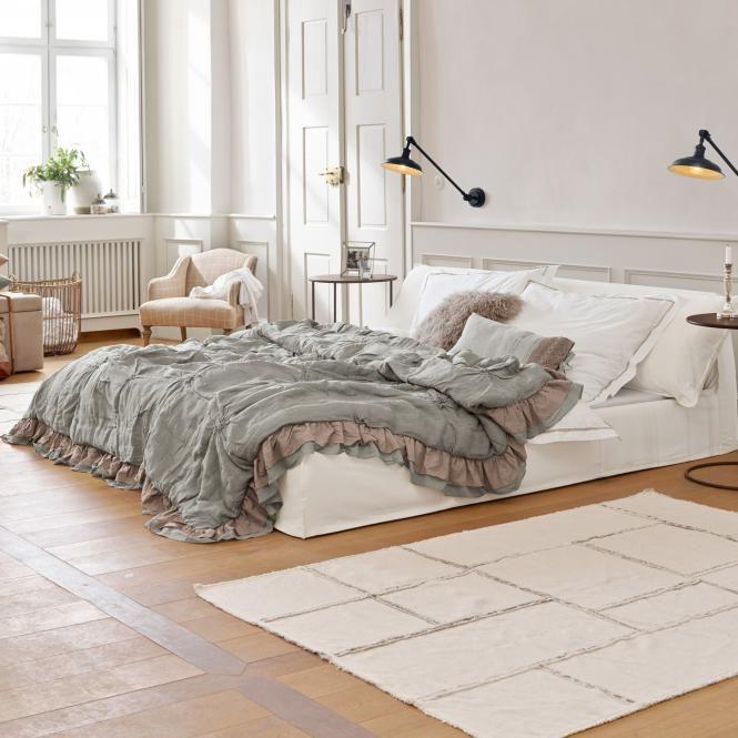 Ein Schlafzimmer mit weißem Bett schlafzimmer ideen