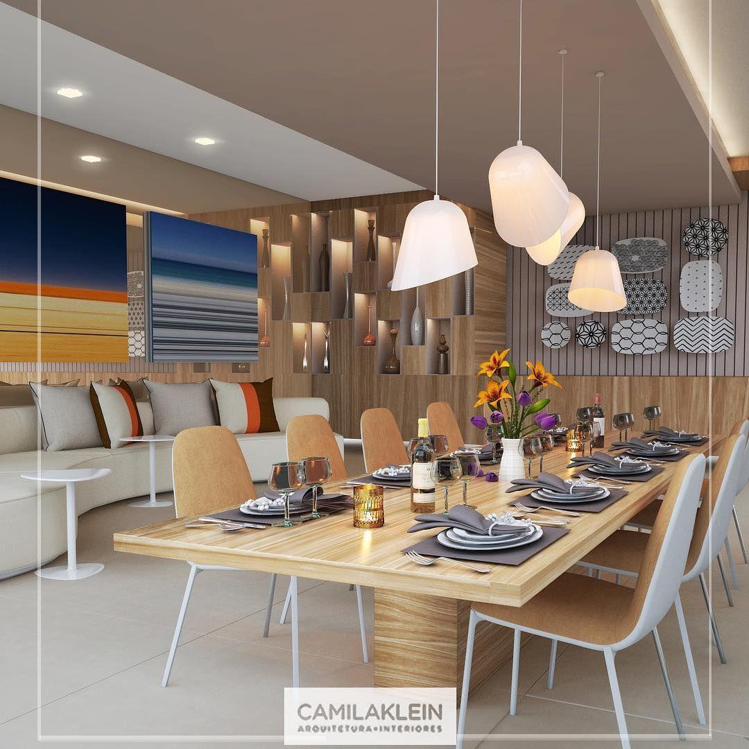 """""""Neste projeto de área gourmet, não nos prendemos à monotonia: a madeira revestiu uma das paredes, com nichos embutidos e iluminados, e a mesa de jantar.…"""""""