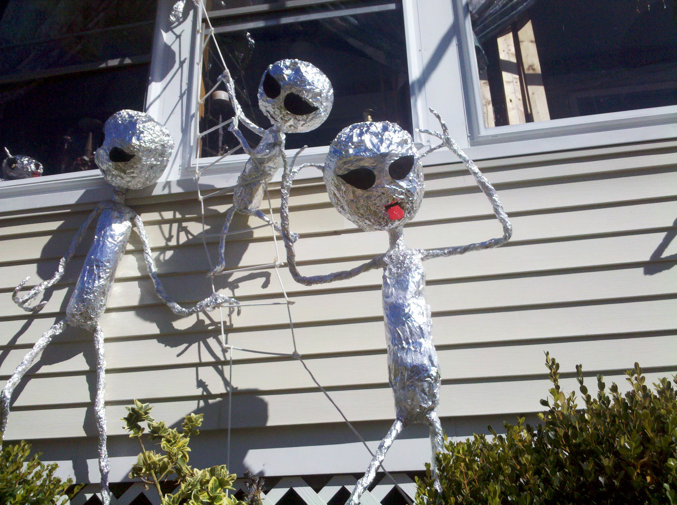 We found seven spaces beautifully decorated for halloween, and we're showing you how to steal their ideas. Aliens For Halloween Alien Halloween Alien Party Halloween Decorations