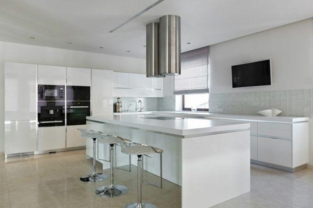 La mode est à la cuisine ouverte blanche, à la fois sobre, lumineuse
