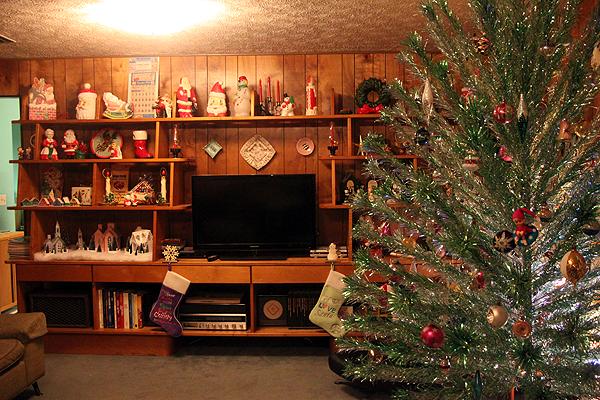 Mid Century Modern Wood Paneled Living Room Decorated For Christmas Mid Century Modern Christmas Modern Christmas Modern Christmas Decor