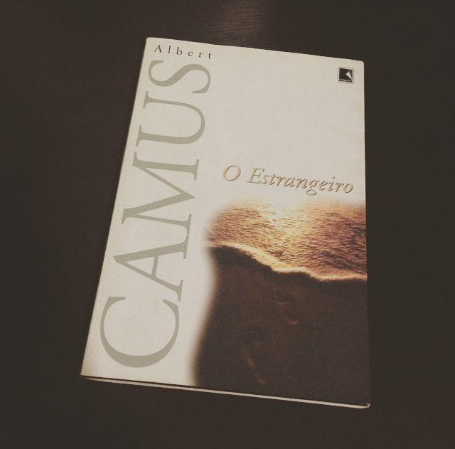 O Estrangeiro Albert Camus O Livro Narra A Vida De Meursault Onde Por Conta De Sua Falta De Sentimentos Demonstrados Pela Sentimentos Remorso Albert Camus