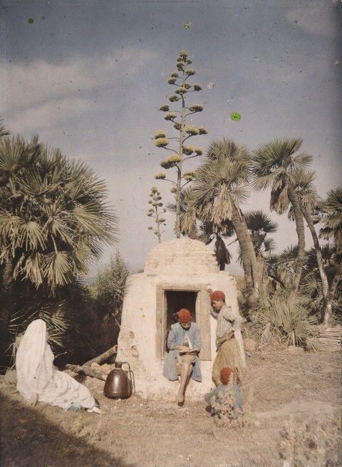 basava:  lecture près d'un puits à alger, algérie, 1909.jules gervais-courtellemont