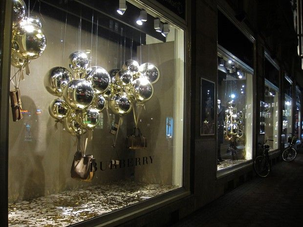 Burberry christmas balloons christmas window display for Dekoration und display
