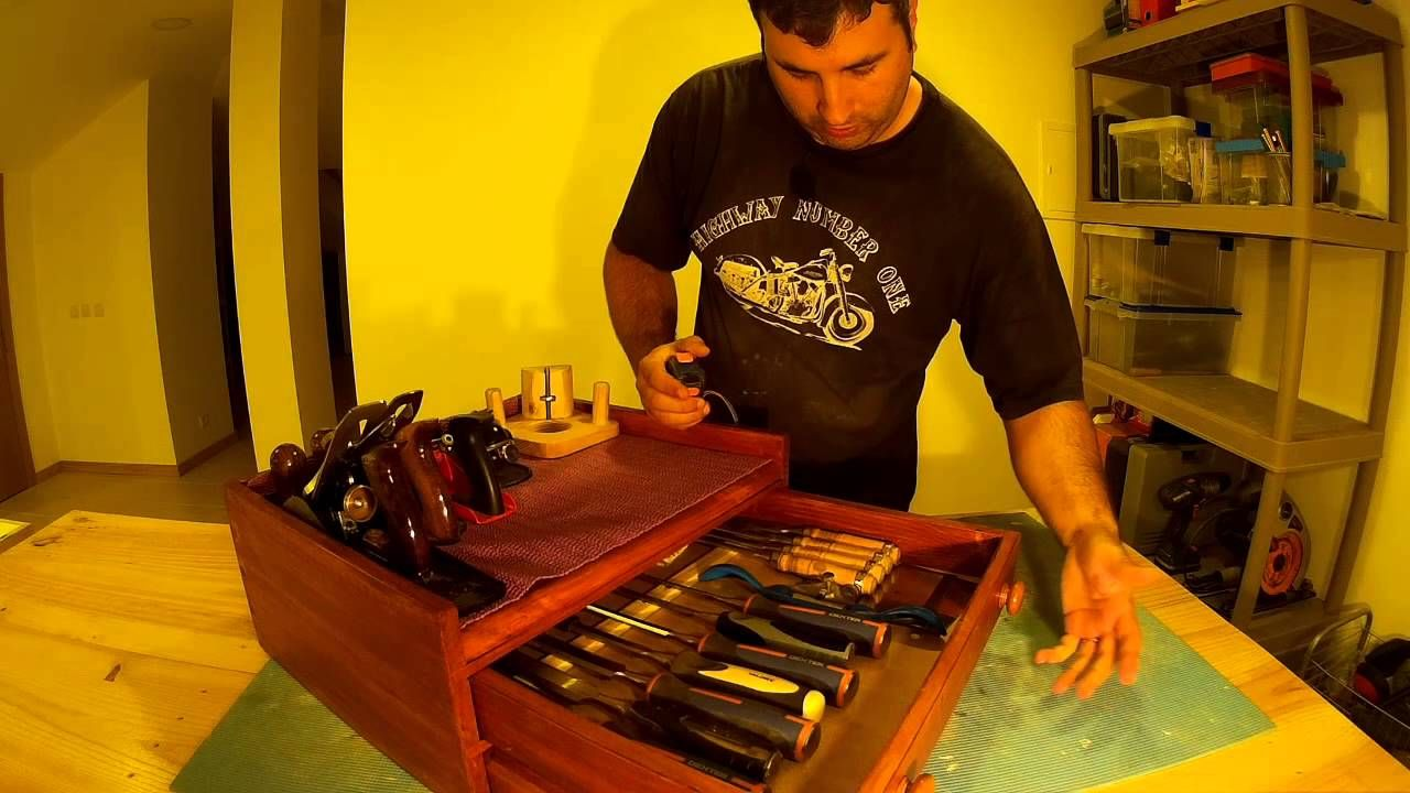 Caixa de ferramentas 01/06   Este é o video de introdução, de um novo projecto, a construção de uma caixa de ferramentas em madeira, construída com ferramentas, de marcenaria, manuais.  Mais detalhos no blog post que pode consultar em http://woodworking.augcampos.pt/projects/shop-tools/toolbox-for-chisels-and-planes/