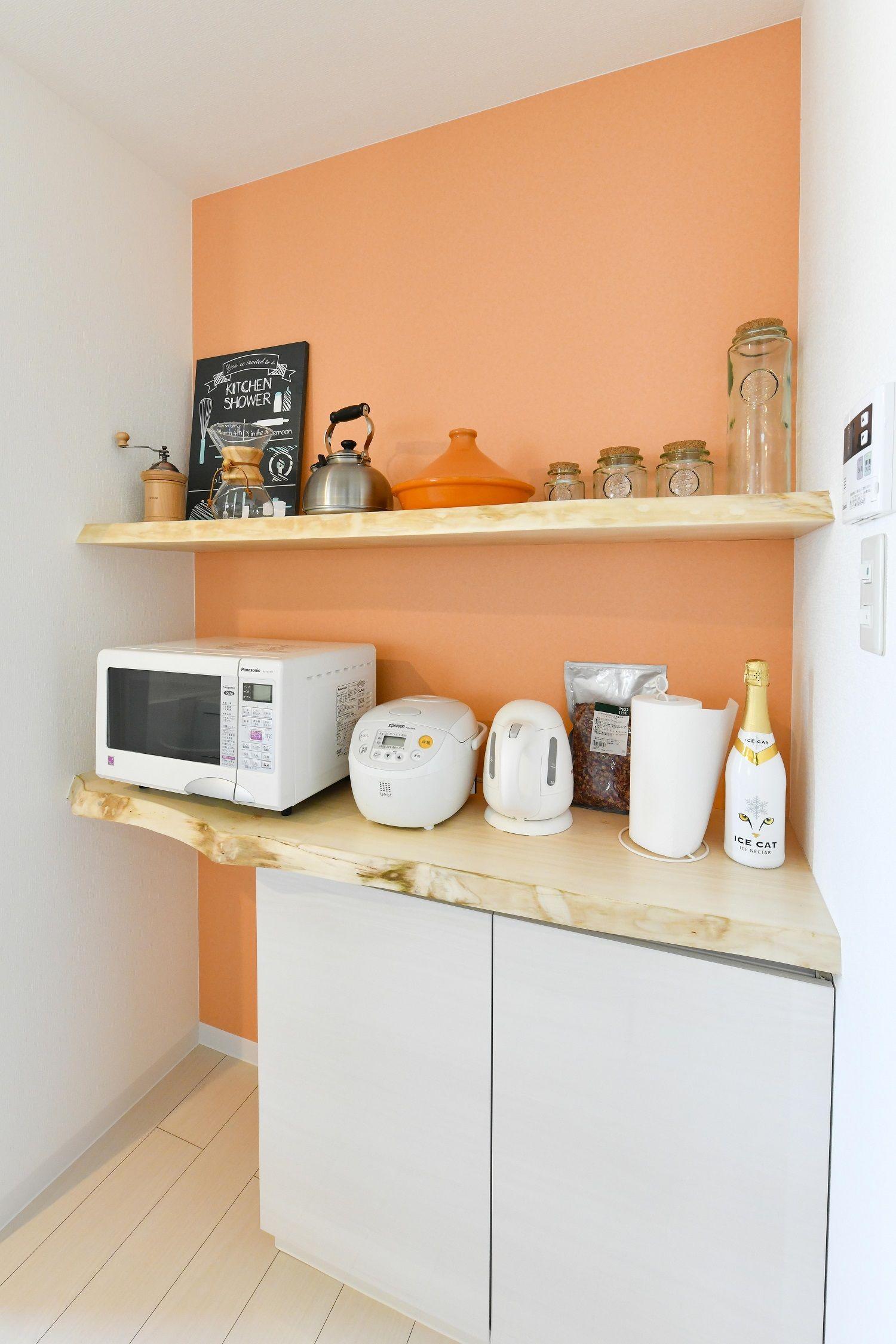 オレンジ色のクロスがフレッシュな天然木のキッチン オレンジ壁紙 天然木 ナチュラルデザイン インテリア 家具 家のインテリアデザイン インテリア