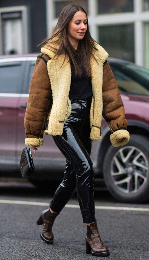4cad40fe8 Street style look casaco marrom e calça vinil.