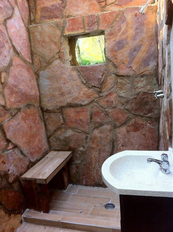 El baño muros de Superadobe forrados con laja - Casa 0 - en Ojtli