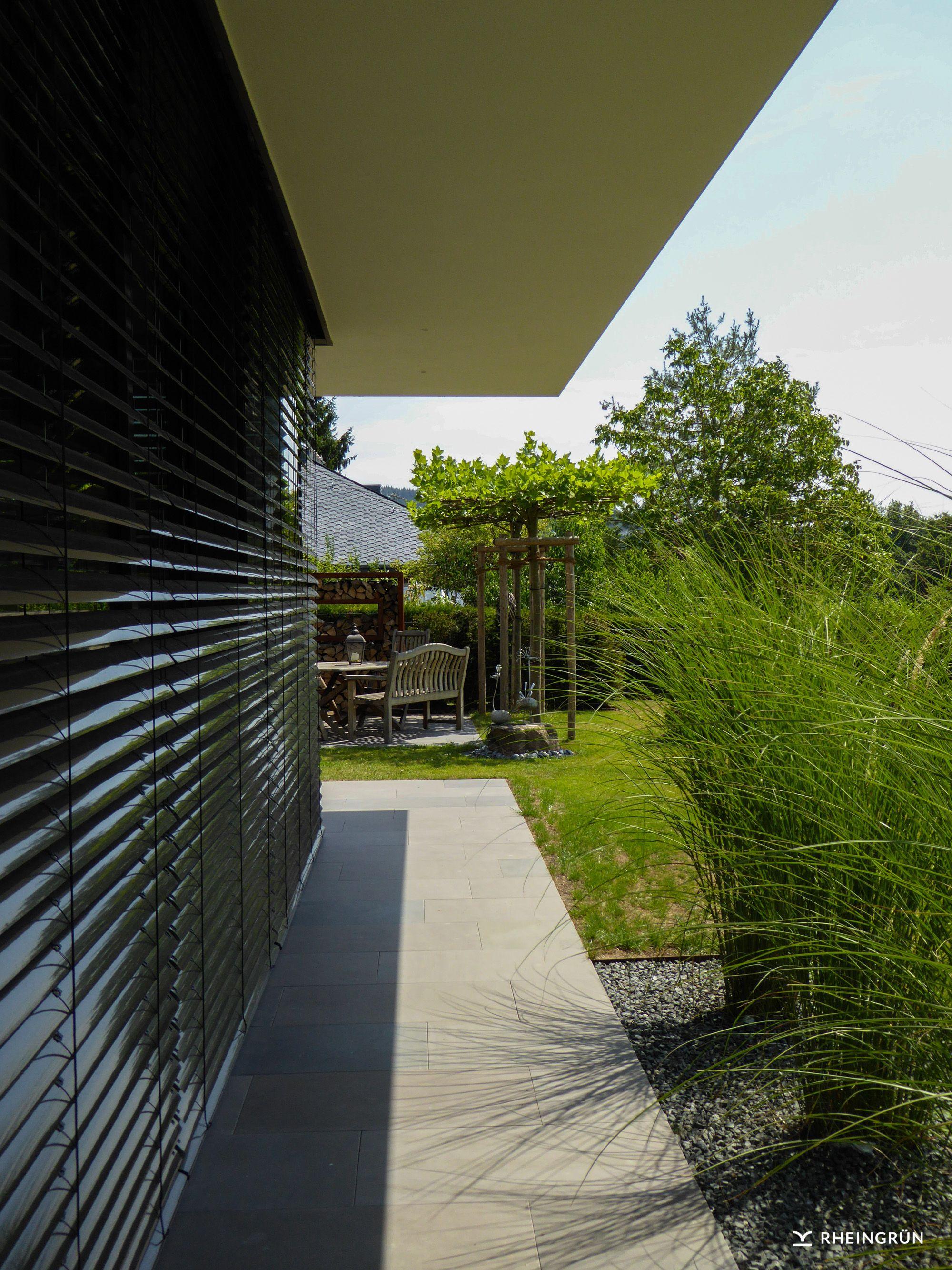 Minimalistische Gartengestaltung am Hang mit Wasserbecken aus ...