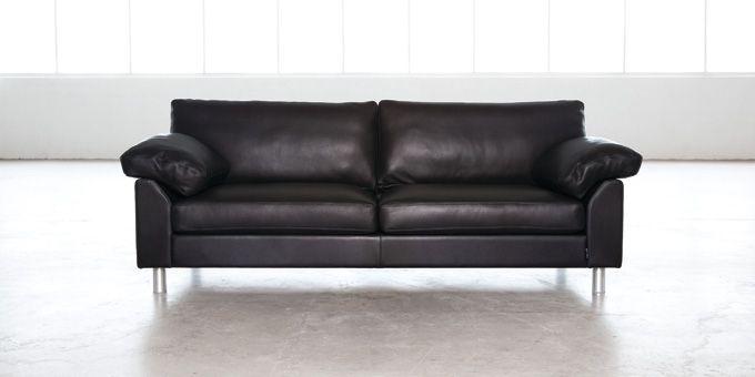 Florida, traditionell rak soffa. Klädsel: tyg och skinn. Ben i borstad aluminium