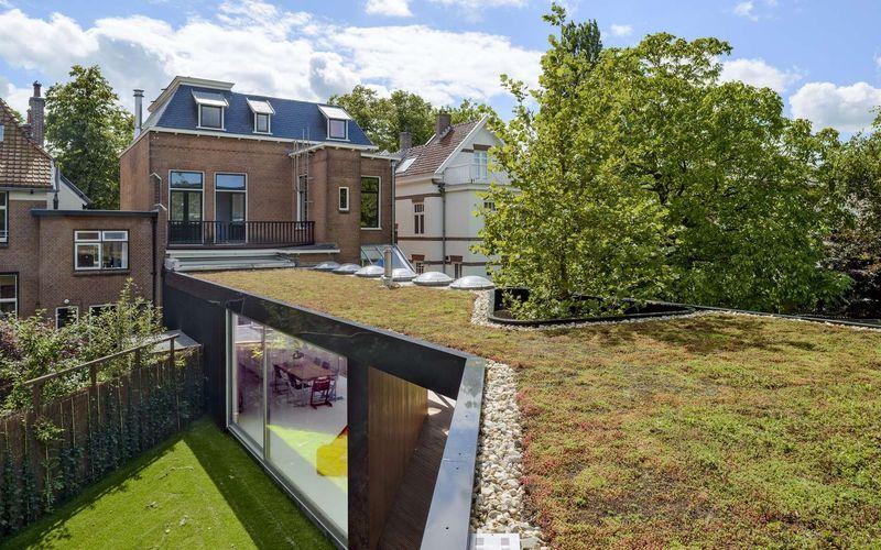 Extension contemporaine avec toiture végétalisée pour maison ...