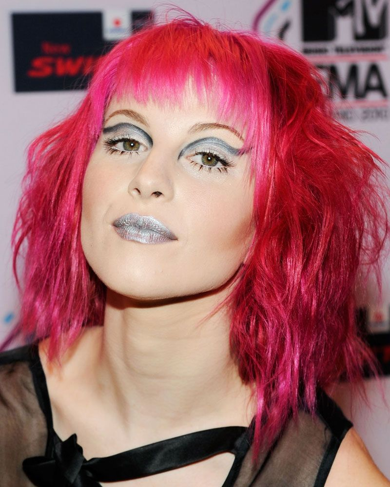 Hayley Williams From Paramore With Pink Hair And Silver Makeup Hayley Williams Pink Hair Wavy Hair