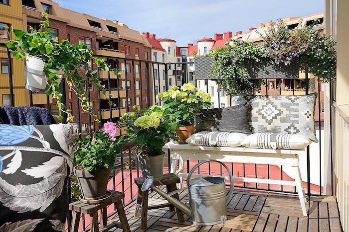 Decoration petit balcon dappartement terrasse avec sol en parquet petit canapé vintage