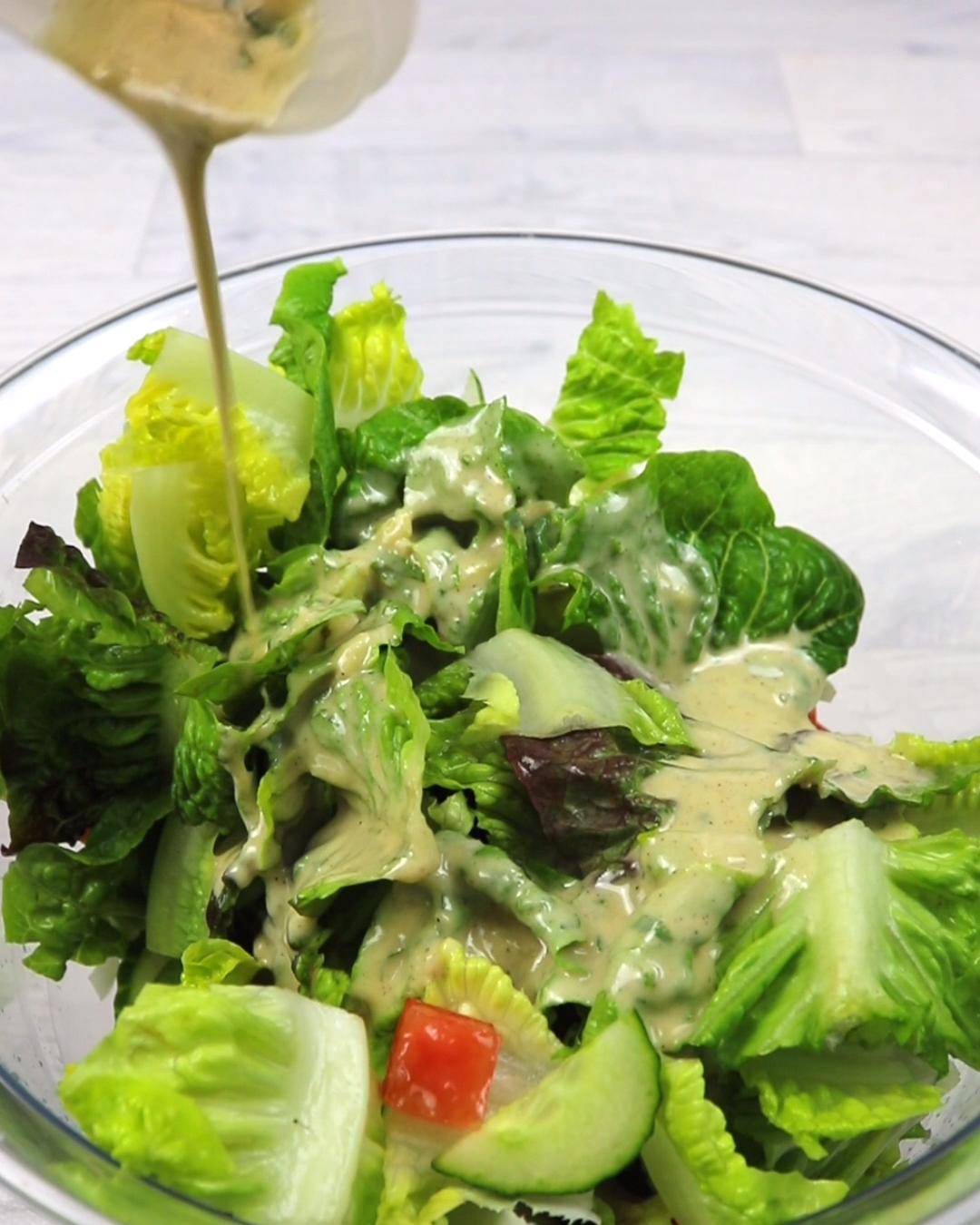 Tahini Dressing Rezept. Du suchst noch das passende vegane Dressing, um deinen Salat aufzupeppen? Dann solltest du dir dieses Tahini Dressing Rezept nicht entgehen lassen!