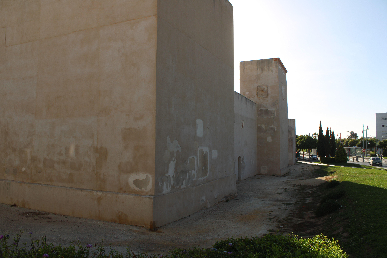 lateral del castillo de San Romualdo y detalle de su descuidada conservación