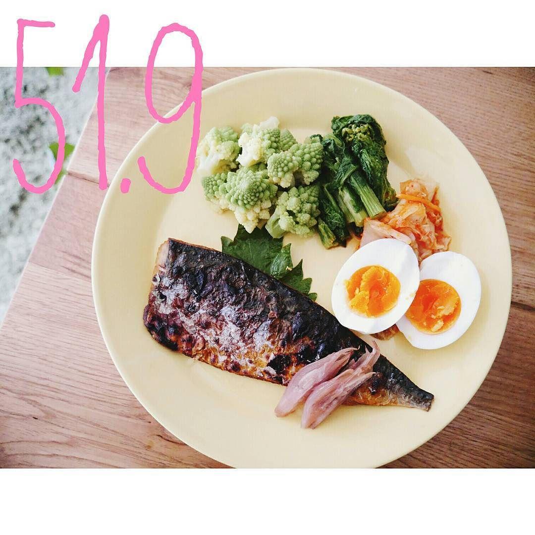 ライザップ368日目  身長162cm (2015.1.28 60.5kg) . 体重 51.9kg (前日比0.8) 体脂肪率 19.6% (前日比0.5) 筋肉量 39.3kg (前日比0.4) 基礎代謝 1190kcal (前日比13) 体水分率 56.4% (前日比0.7)  起床8:05  朝食8:25 セブンの鯖(焼き直し) ゆで卵 菜の花のおひたし ロマネスコ キムチ みょうがの甘酢漬け . . 昨日は2時間セッションからの夜は職場新年会 事務長(大変お世話になっている)に二次会のカラオケに連れていかれ帰ってきたの2時  で寝坊した セブンの鯖があってよかったです プロテインにしちゃおうかと思いましたがトレ翌日なのでしっかり食べたかったので 3分で食べて8:50に家を出ました  今日は全身バッキバキです それが嬉しい . . . 2016.1.30  #ライザップ紹介制度 あります #入会金無料 になります 気になる方はコメントください  #ライザップ#rizap…
