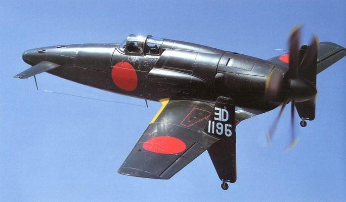 El Kyushu J7W1 Shinden era un avión prototipo de combate japonés impulsado a hélice de la Segunda Guerra Mundial con diseño avanzado. El sufijo Den era la denominación de la Armada Imperial Japonesa para los interceptores.