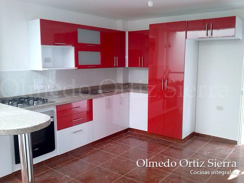Cocina Integral con muebles blancos y rojos. Mesón en mármol beige ...