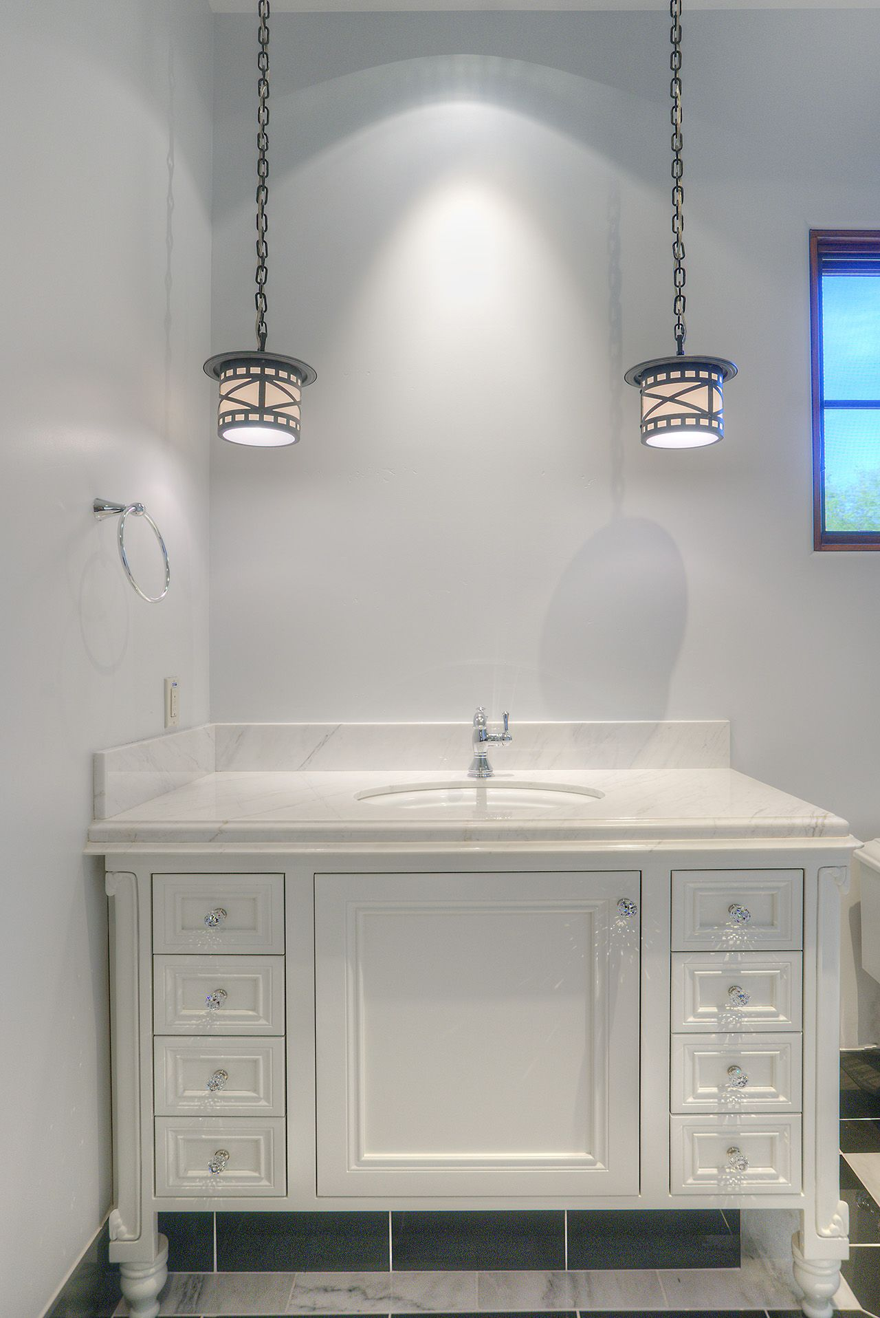 Luxury Bathroom With Black And White Decor. This Furniture Style