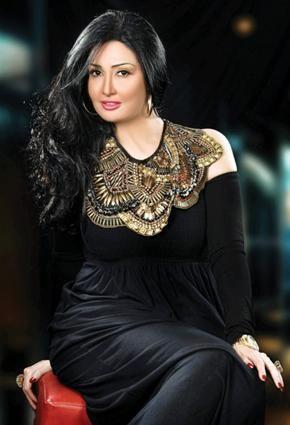 بالفيديو غادة عبد الرازق تشرب الشيشة وتداعب كلبها Nawa3em مشاهير فن Beautiful Girl Indian Egyptian Actress Girls School Hairstyles