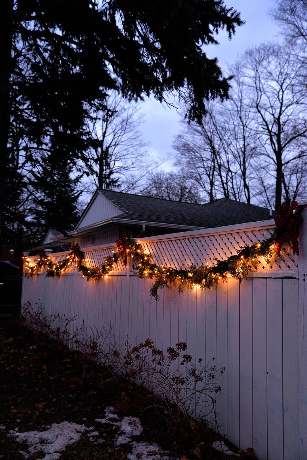 Easy Outdoor Christmas Decorating Ideas -   18 christmas decor outdoor fence ideas