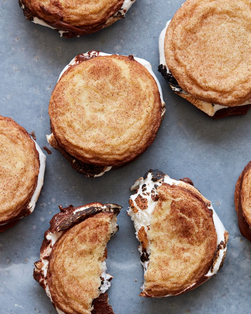 Snickerdoodle S'mookies!! A spin on the class s'more but with snickerdoodle cookies - how could anyone say no to that! You need these stat.