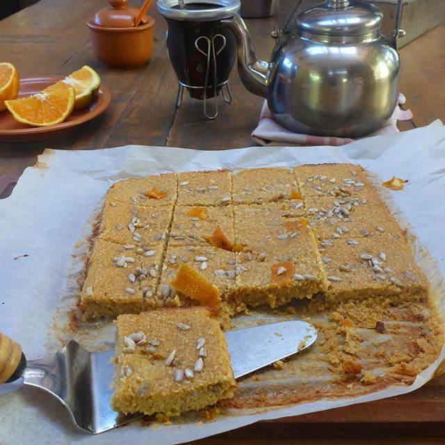Cuadritos de naranja 🍊 y 🍯 (miel): . -1 taza de pure de zapallo (puede ser pure de manzana o banana). . -3/4 tazas de miel. . -1 naranja exprimida. . -3 huevos. . -1 y 1/2 taza de salvado de avena. . ✍🏻Mezclar todo el un bowl y agregar semillas o frutos secos a gusto. Colocar en budinera o molde de brownie engrasado o de silicona. . Hornear a fuego moderado 30'. . Estaban tan ricos que los liquidamos en el desayuno 🙌🏻
