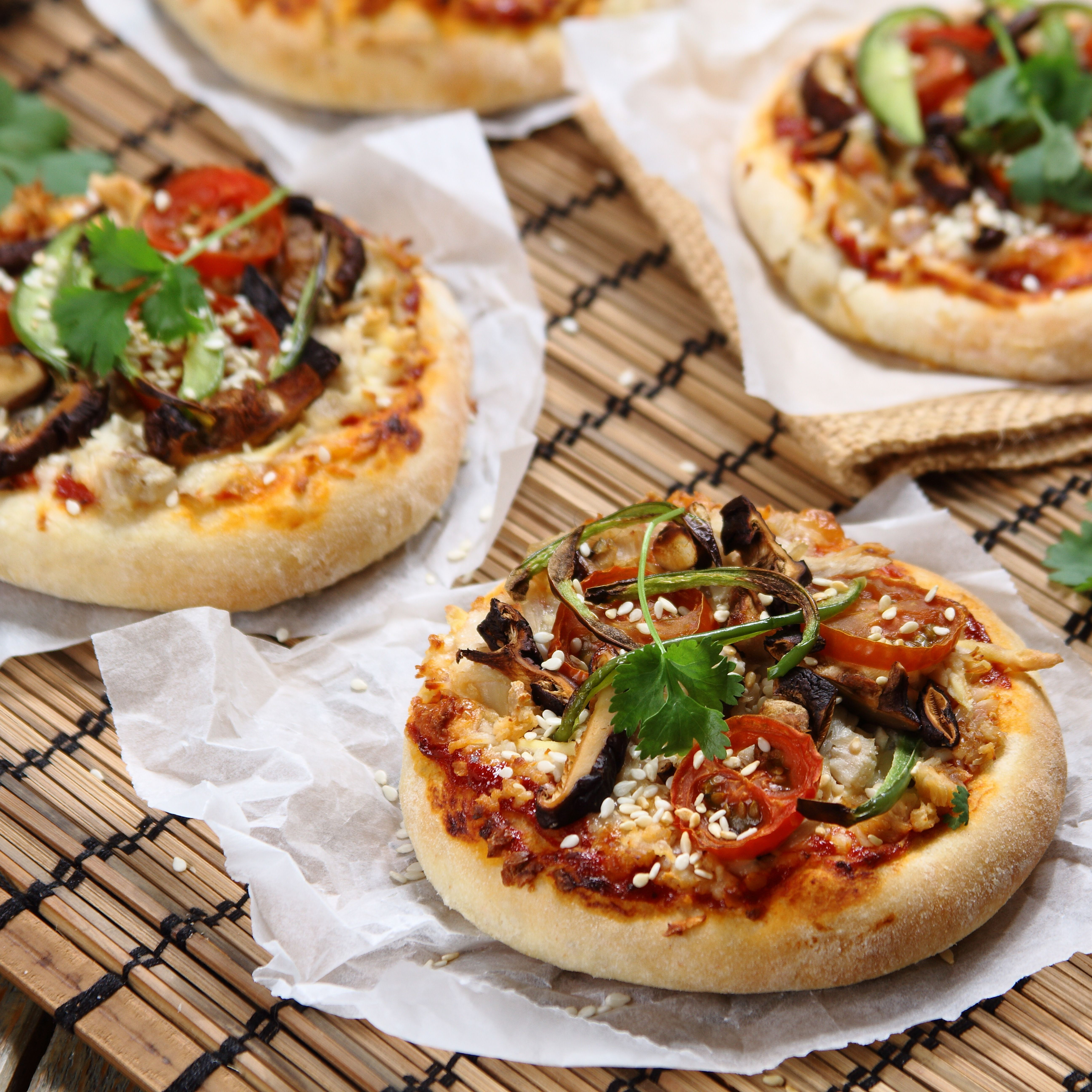 Orientalne Mini Pizze Z Kurczakiem Chilli Swieza Kolendra I Tofu Przepis Zobacz Na Przepisy Pl Recipe Food Vegetable Pizza Vegetables