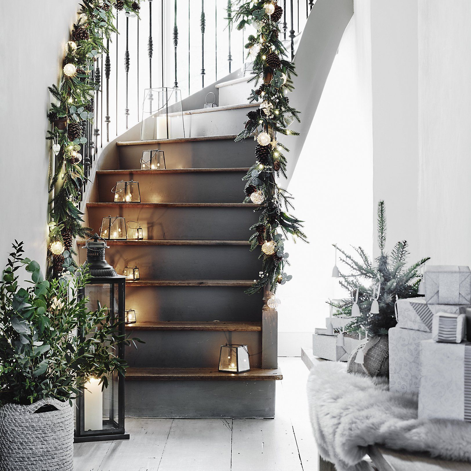40 Brilliant Under The Stairs Employment Ideas: Create A Classy Holiday Staircase Using Small Nordic