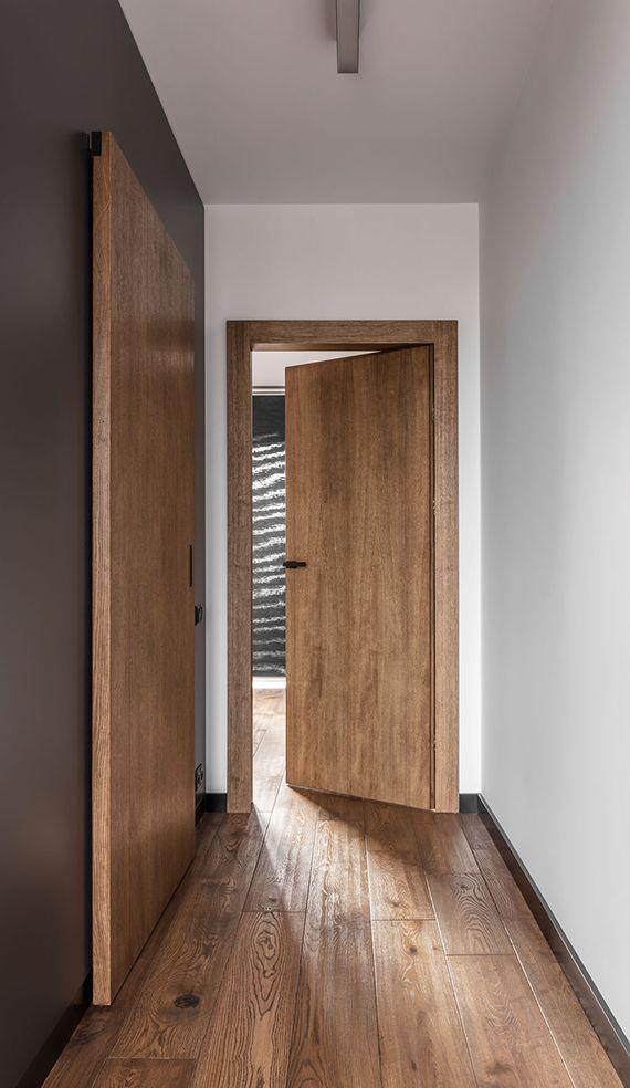 Photo of luksuriøst interiør-design-og-moderne-design-gang-med-tregulv, -vegg-farge-grå …