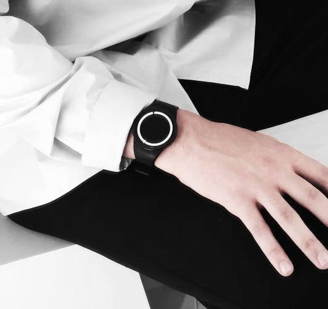 die 39 eclipse 39 armbanduhr leuchtet im dunkeln und hat ein. Black Bedroom Furniture Sets. Home Design Ideas