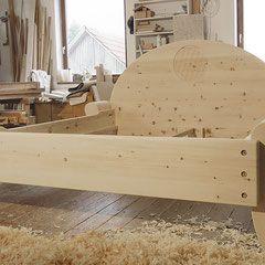 zirbenbett mit eingefr stem ornament blume des lebens im kopfteil gesund schlafen in. Black Bedroom Furniture Sets. Home Design Ideas