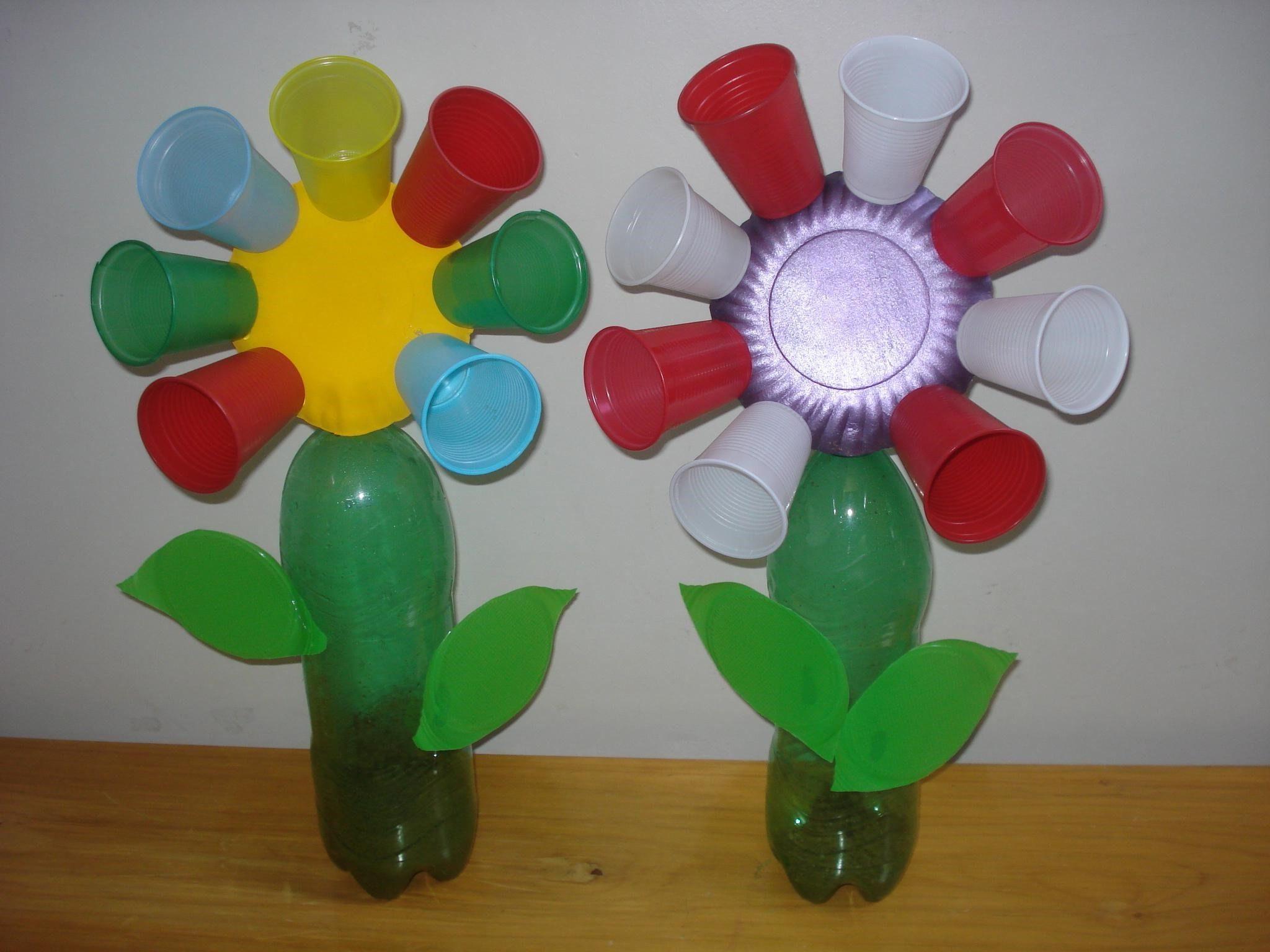 flores con vasos y botellas