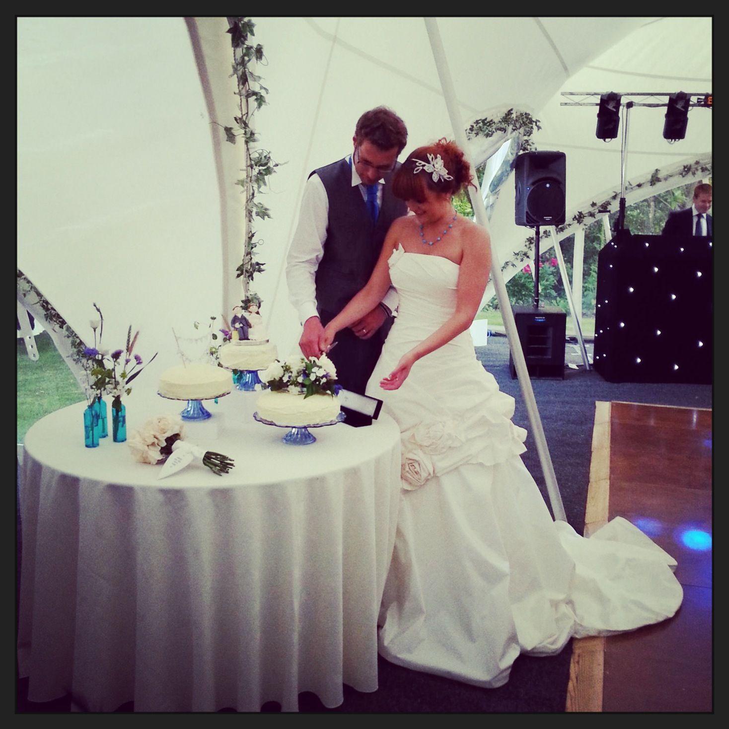 #groom #bride #wedding #cake #cuttingcake #weddingdress #donnasalado