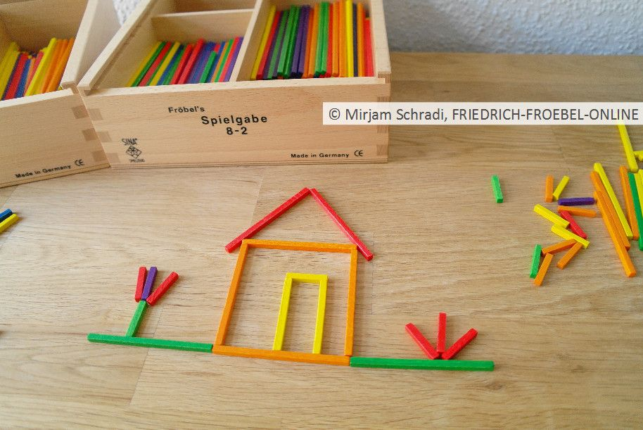 kleines h uschen mit dem fr bel material spielgaben zum. Black Bedroom Furniture Sets. Home Design Ideas