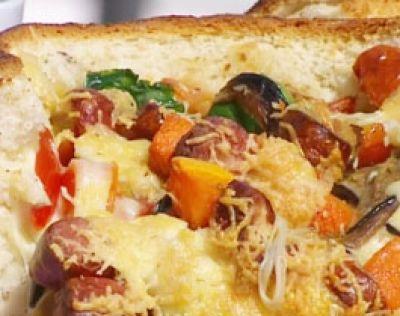 Pan de vegetales, queso y salchicha al horno de barro