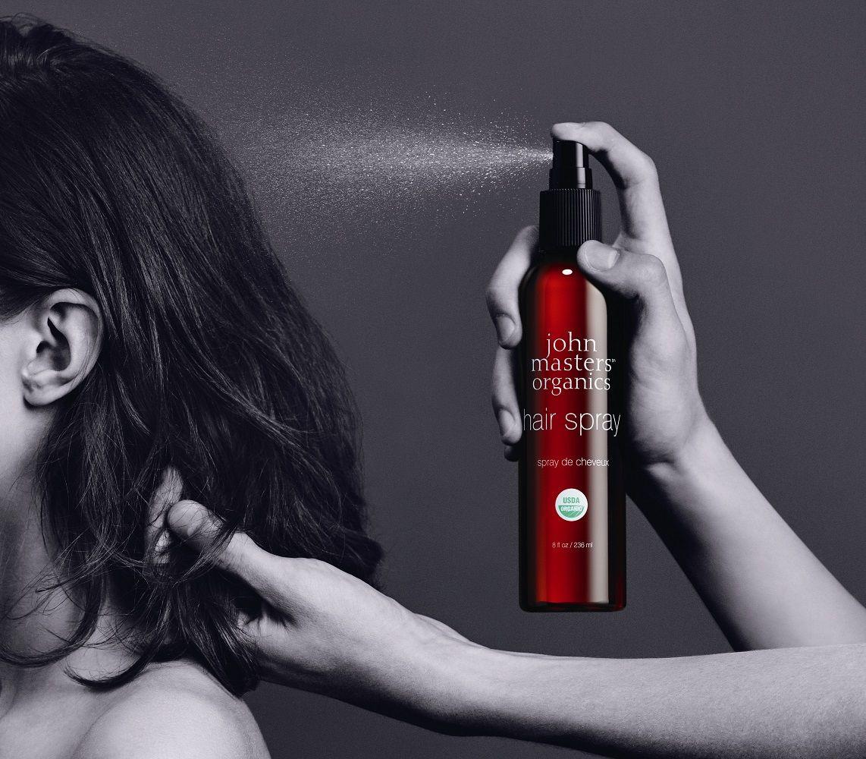 Un prodotto che si fa notare, la Hair Spray! Ottima tenuta su tutti i tipi di piega, leggera e senza residui, nutriente e protettiva grazie ai suoi estratti organici vegetali… e poi è un prodotto John Masters Organics, una garanzia assoluta di qualità.
