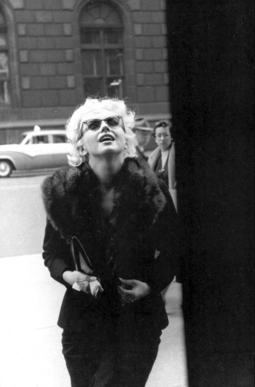 Marylin Monroe on the way to shopping at Elizabeth Arden Salon