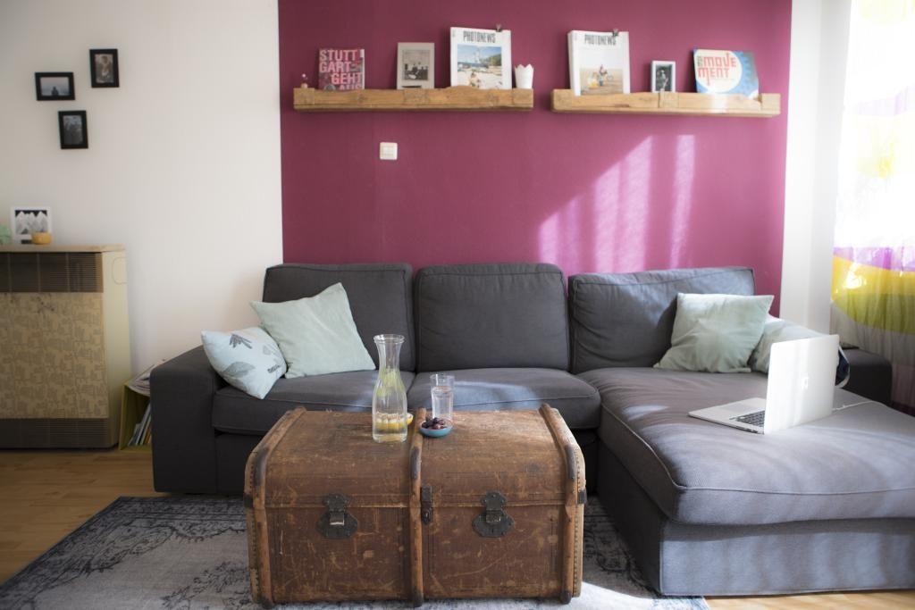 Wohnzimmer mit pinker Wand und Truhe als Couchtisch Vintage