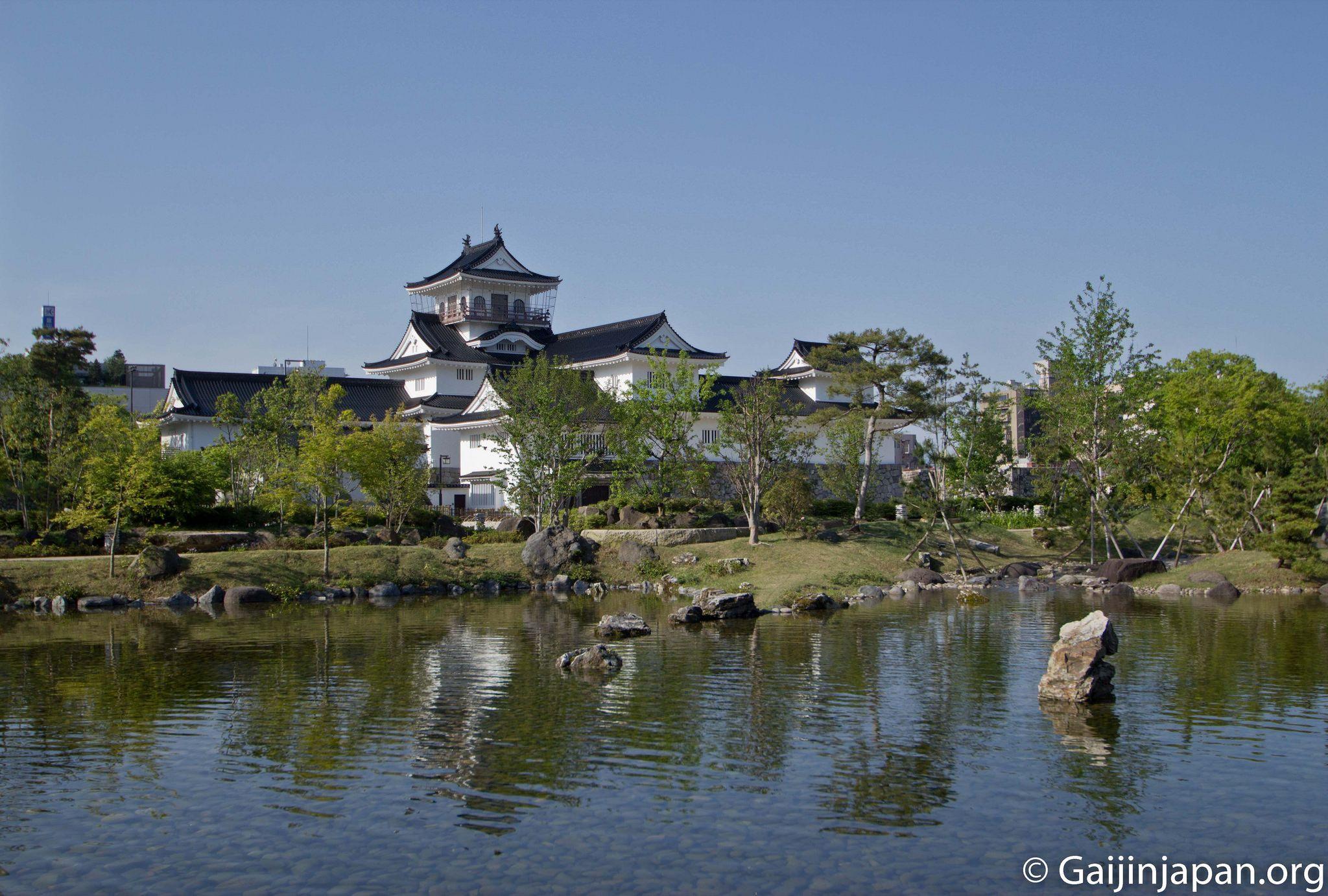 Donjon, verdure, graviers, point d'eau ... Tout cela compose le château de Toyama et son parc.