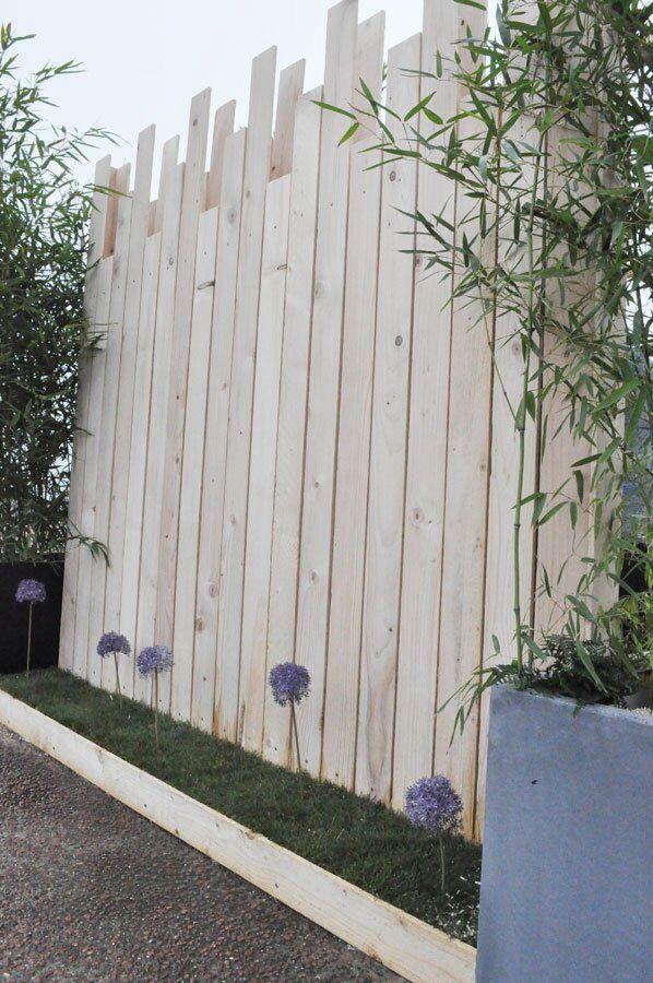 Pose de clôture bois composite gris anthracite avec poteau alu à
