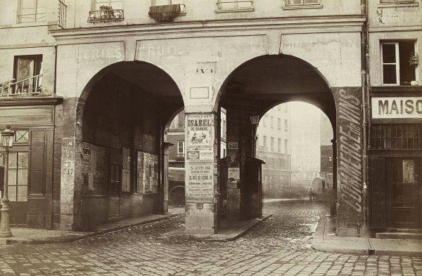 Marville : passage aux Deux portes, entre les rues de la Ferronnerie et des Innocents, sera élargi à quatre portes en 1867-1868.