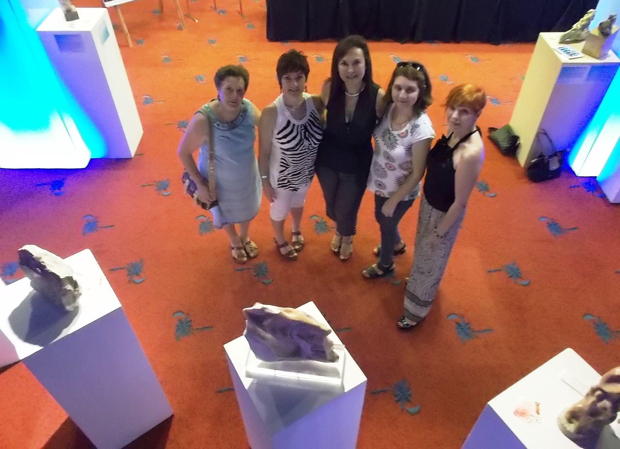 "La escultora Elisabet Ibañez Ferrer rodeada por Selena Pérez, Maite de ""Maily Artesan"", Conchi y la pintora Nieves Conlledo."