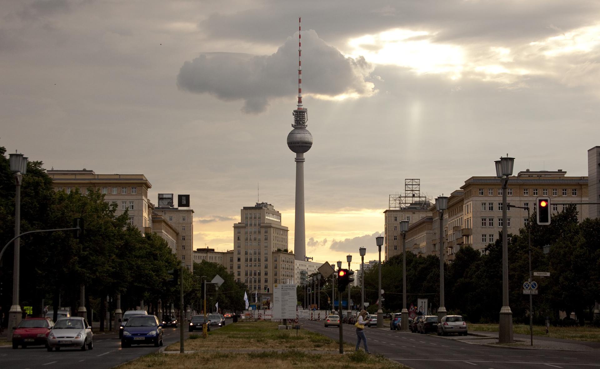 Die Temperaturen sind im Keller und die Wolken hängen tief. Rausgehen lohnt sich aber trotzdem - und zwar nicht nur, um die großartige Kunst in Berlins Museen zu bestaunen. Hier kommen 11 Hotspots für kalte Tage und warme Stunden in Berlin.   1. Hotspots an der Friedrichstraße Wie wäre es mit einem Bummel auf der Friedrichstraße? Hier kann man prima shoppen und Sightseeing machen, denn der ...
