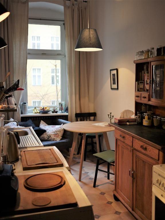 Gemütliche Küche Mit Couch Und Rundem Esstisch Aus Holz