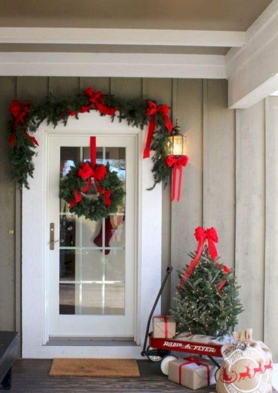 Decorar La Entrada De Tu Casa Para Estas Navidades Traditional Christmas Decorations Front Porch Christmas Decor Outdoor Christmas Decorations