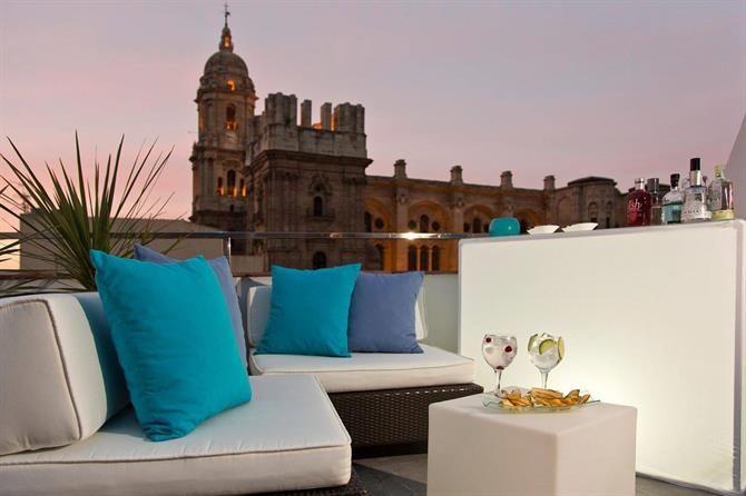 Fra tagbaren på Hotel Molina Lario, kendt som La Piscina Lounge, er der fantastisk udsigt over Malaga. #malaga #hotelmolinalario #piscinalounge