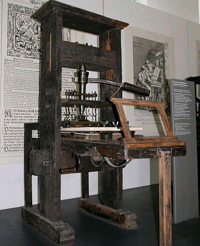 Máquina Tipografica de Gutenberg. Teve um papel fundamental no desenvolvimento da Renascença, Reforma e na Revolução Científica e lançou as bases para a economia moderna baseada no conhecimento. A tecnolgia de Gutenberg espalhou-se rapidamente por toda a Europa e mais tarde por todo o mundo.